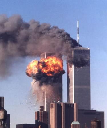 Le Torri gemelle del World Trade Center colpite dai due aerei dirottati l'11 settembre 2001. REUTERS/Steven James Silva